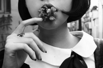哦她抽烟你都能爱我抽烟你就不能爱了是吧 抽烟的姿势越来越熟练 爱人也越来越随便 从当时的三杯倒到现在喝不醉 这是堕落不是成长 可是没人掐掉我手中的烟 没人替我挡掉手中的酒 说白了 除了孤独和酒我什么都没有. 理想不再是抽烟喝酒吹牛逼了,只是该懂得如何去努力奋斗打出自己的一片江山。